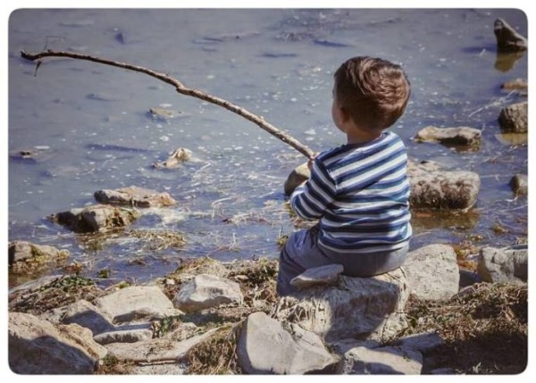 bimbo-che-pesca